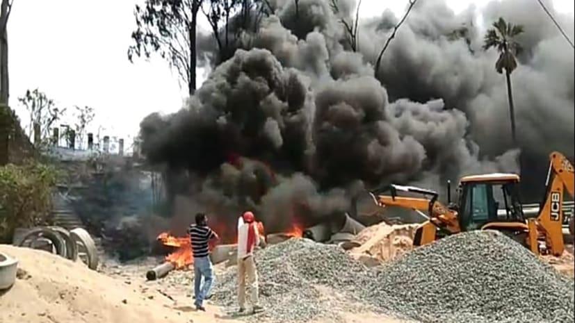 अभी अभी: नमामि गंगे योजना के पाइप में लगी आग, लाखों की सम्पति जलकर राख