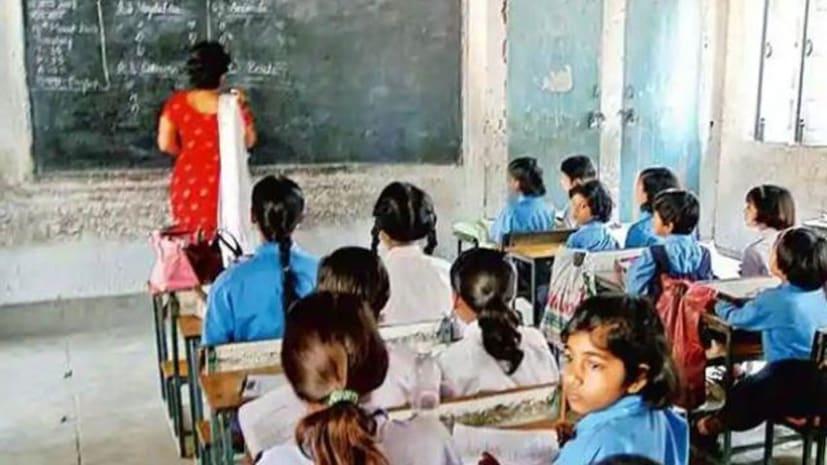 नियोजित शिक्षकों के साथ सरकार का सौतेला व्यवहार ! चार साल बाद भी सेवा शर्त के लिए तरस रहे गुरु जी