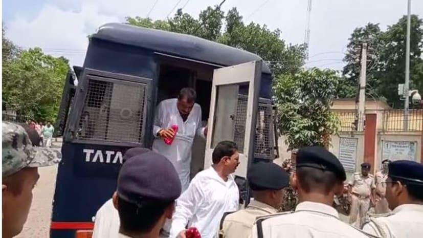 पुलिस रिमांड खत्म होने के बाद अनंत सिंह की बाढ़ कोर्ट में हुई पेशी, समर्थकों ने लगाए जिंदाबाद के नारे