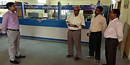 डीएम ने जिला कार्यालयों का किया औचक निरीक्षण, कोषागार पदाधिकारी सहित 14 कर्मियों का किया वेतन बंद