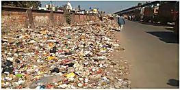 शहर के बीच में बना दिया गया कचरा डंपिंग यार्ड, बदबू से परेशान लोग