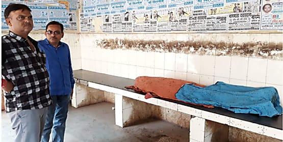 शहर के बीचो-बीच बने रैन बसेरा में पड़ी है अज्ञात की लाश, सूचना के 5 घंटे बाद भी नहीं पहुंची है पुलिस