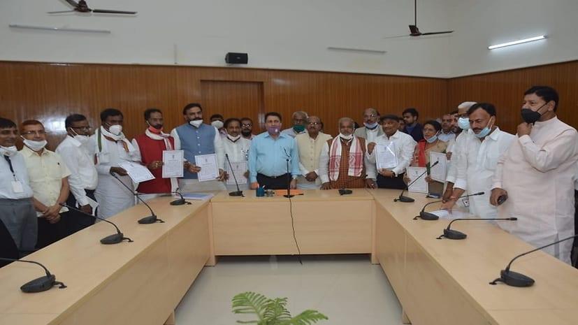 बिहार विधान परिषद के 9 उम्मीदवार निर्विरोध निर्वाचित घोषित, सचिव बटेश्वर नाथ पांडेय ने सौंपा सर्टिफिकेट