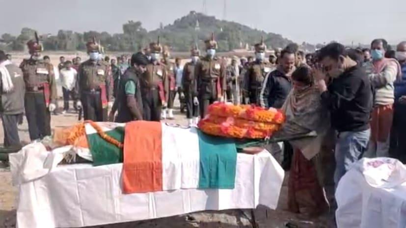 ड्यूटी पर तैनात आर्मी के नायक सूबेदार नरेंद्र कुमार पांडे की संदेहास्पद मौत, राजकीय सम्मान के साथ मासूम बेटे ने दी मुखाग्नी