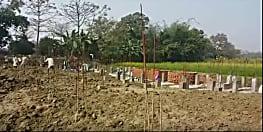 दूसरे के घरों से मांग कर जीवन यापन करने वाली महिला ने स्कूल बनाने के लिए दान में दी चार कट्ठा जमीन