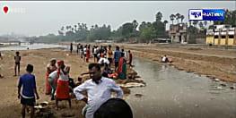 आस्था के महापर्व का दूसरा दिन आज, लोग प्रसाद बनाने के लिए नदी से ले जा रहे हैं पानी