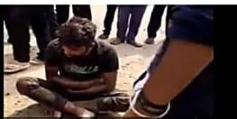 गाड़ी से मीट ले जा रहे युवक को बदमाशों ने पीटा, पुलिस के सामने भी बदमाश युवक को पीटते रहे