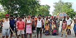 सरकारी राहत नहीं मिलने से फूटा ग्रामीणों का गुस्सा, डीएम का किया घेराव