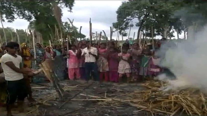 मुजफ्फरपुर में महिलाओं ने खोला मोर्चा, शराब कारोबारियों को चप्पल, झाडू से पीटा