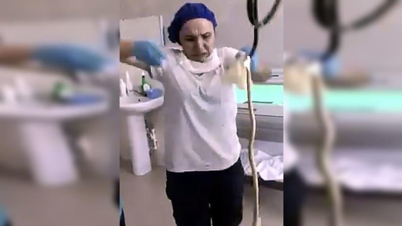 डॉक्टरों ने महिला के मुंह से निकाला 4 फीट लंबा सांप, मुंह खोलकर सोती थी महिला