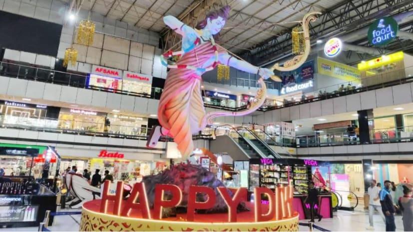 मॉल में लगी भगवान राम की मूर्ति, सेल्फी लेने के लिए लगी होड़