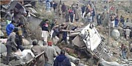 गहरी खाई में गिरी बस, 11 की मौत, कई घायल