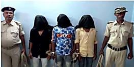 पुलिस ने छापेमारी कर तीन अपराधियों को किया गिरफ्तार, देशी कट्टा और मोटरसाइकिल बरामद