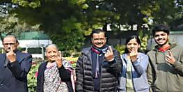 दिल्ली विधान सभा चुनाव : सीएम केजरीवाल ने परिवार संग सिविल लाइंस बूथ पर किया मतदान, जीत का किया दावा