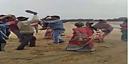 गया में बालू माफिया की पिटाई, भड़के ग्रामीणों ने बरसाए लाठी डंडे, वीडियो वायरल