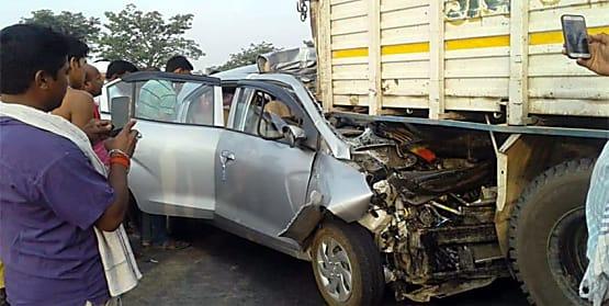 ट्रक के अंदर घुसी तेज रफ्तार कार, गाड़ी में सवार तीन युवकों की मौके पर मौत