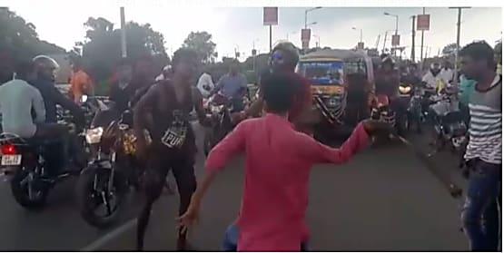 बैग छीन कर भाग रहे युवक को लोगों ने पकड़ा, जमकर की पिटाई