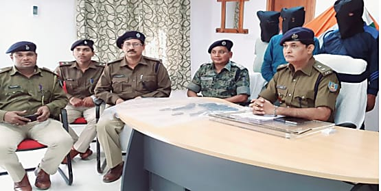 अडाणी कम्पनी के प्रोजेक्ट में अपराधियों ने वाहनों में लगायी आग, पुलिस ने तीन को किया गिरफ्तार