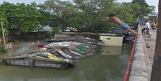 बच्चों का हैरतअंगेज कारनामा, गंडक नदी में बीस फीट की ऊँचाई से लगाते है छलांग,अनहोनी की नहीं है परवाह