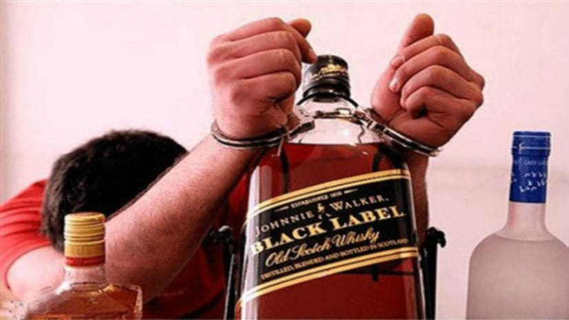 मुखिया को पुलिस ने किया अरेस्ट, घर से शराब सहित कट्टा बरामद