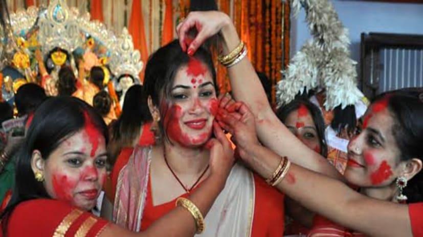 पटना में सिंदूर खेल महिलाओं ने दी मां दुर्गा को विदाई, इस बार गंगा किनारे तालाब में हो रहा विसर्जन