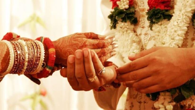 दुर्गा पूजा मेले में आपतिजनक हालत में घूम रहा था प्रेमी जोड़ा, लोगों ने करा दी शादी