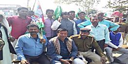 भारत बंद के दौरान RJD नेता के साथ ASI भी बैठा धरने पर, फोटो वायरल