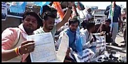 केन्द्र की मोदी सरकार के खिलाफ सड़क पर उतरा NSUI, बूट पॉलिस कर जताया विरोध