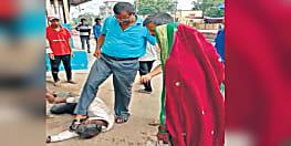 स्टेशन पर बेहोश पड़े यात्री को उठाने का जीआरपी थानाध्यक्ष का अपना अंदाज, पहले पैर से मारी ठोकर फिर सुंघाया चप्पल