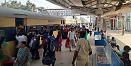 भभुआ रोड स्टेशन पर बढ़ी रेलयात्रियों की परेशानी, आरक्षित टिकटों के लिए लग रही लम्बी कतार