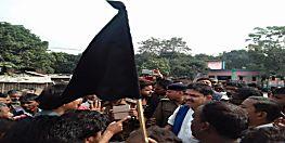किशनगंज में कांग्रेस MLA को लोगों ने दिखाए काले झंडे, विधायक ने लगाया ये आरोप