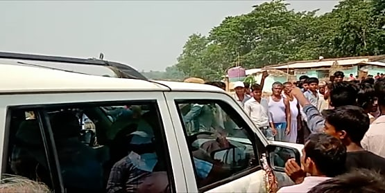 सीतामढ़ी के इस बूथ पर अबतक नहीं डाले गए एक भी वोट,वोटरों को मनाने पहुंचे पूर्व मंत्री का विरोध