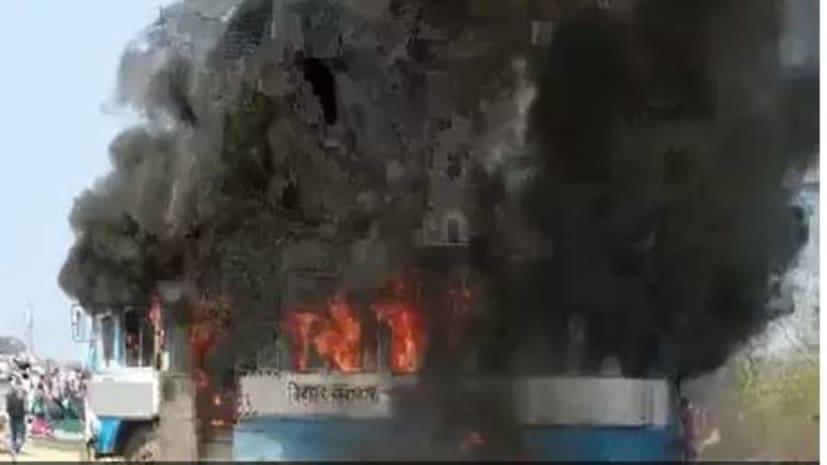 मगध यूनिवर्सिटी में छात्रों का हंगामा, बस में लगाई आग