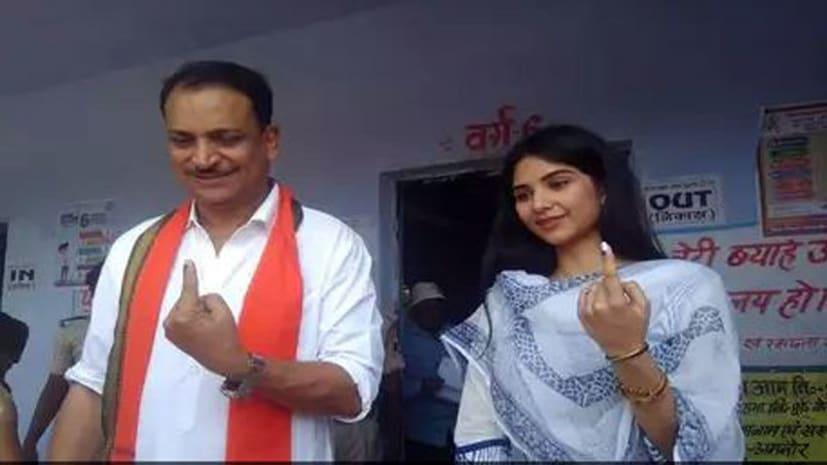 पूर्व केन्द्रीय मंत्री रूडी ने परिवार संग छपरा में डाला वोट, पहली बार वोट डाल ऐसे खुश नजर आईं उनकी बेटी