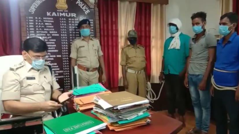कैमूर पुलिस की बड़ी कार्रवाई, 2 देसी रायफल के साथ हत्या का आरोपी गिरफ्तार