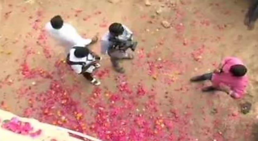 हैदराबाद पुलिस एनकाउंटर की कर रही थी जांच, लोग ऊपर से बरसा रहे थे फूल