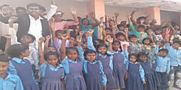 स्कूल में नहीं आ रहे मास्टर जी, छात्रों संग ग्रामीणों ने किया प्रदर्शन