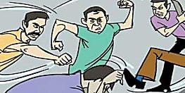 विवाहित पड़ोसन से इश्क करना दिव्यांग को पड़ा महंगा, परिजनों ने सरेआम कर दी पिटाई
