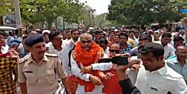 सीतामढ़ी में निर्दलीय उम्मीदवार के नामांकन के बाद हाई प्रोफ़ाइल ड्रामा, पुलिस ने किया गिरफ्तार, फिर छोड़ा