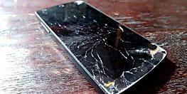 प्रिंसिपल साहब ने 16 स्मार्टफोन को छात्रों के सामने ही कर दिया चकनाचूर, लेक्चर के दौरान भी फोन में बिजी थे छात्र