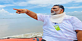 सुपौल में पप्पू यादव ने बाढ़ पीड़ितों से की मुलाकात, पोंछे सबके आंसू
