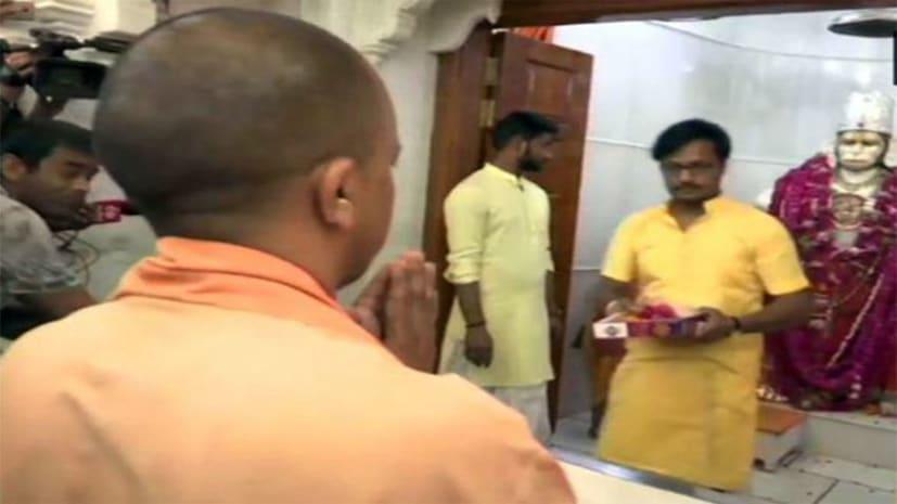 चुनाव आयोग की कार्रवाई के बाद बजरंग बली के शरण में सीएम योगी, मंदिर में जाकर किया हनुमान चलीसा का पाठ