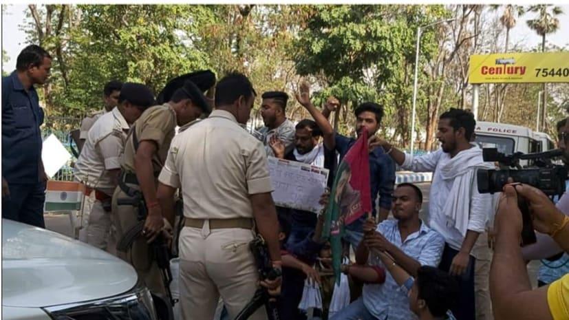 बड़ी खबर : पटना पहुंचे केन्द्रीय स्वास्थ्य मंत्री डॉ. हर्षवर्धन का विरोध, जाप कार्यकर्ताओं ने दिखाया काला झंडा
