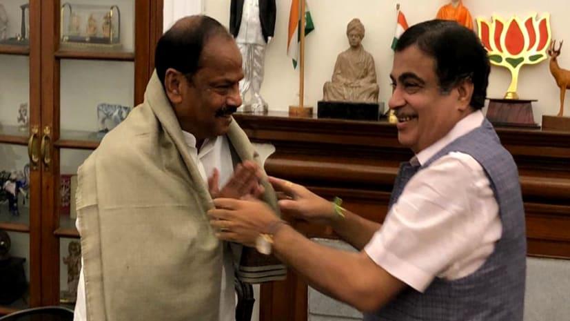 नितिन गडकरी से मिले मुख्यमंत्री रघुवर दास, कहा हाई प्रायोरिटी में शामिल हो दो सड़कें