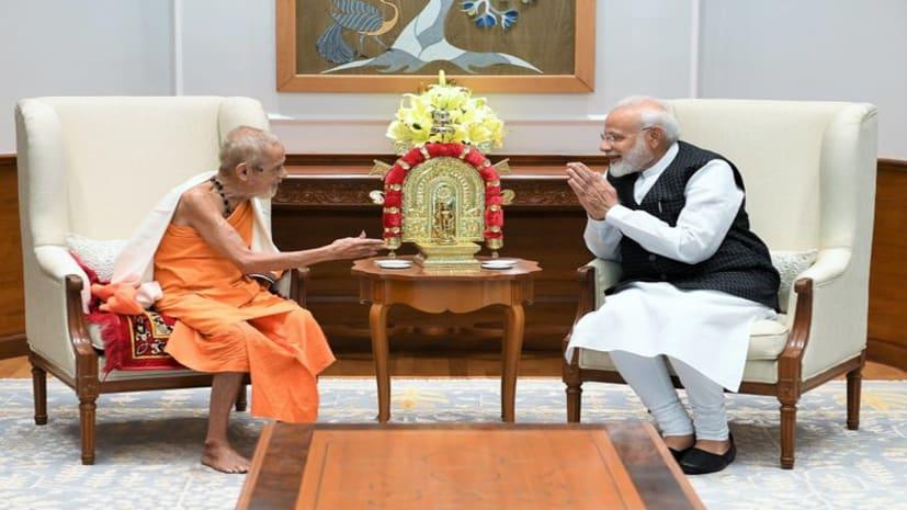 गुरु पूर्णिमा पर पीएम मोदी ने अपने गुरु से लिया आशीर्वाद, देखें तस्वीर