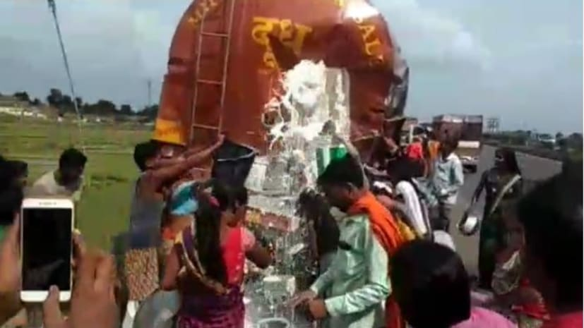 अनियंत्रित ट्रेलर ने दूध टैंकर में मारा टक्कर, लोगों में दूध लुटने की मची होड़