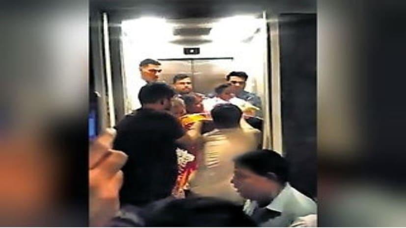 पटना के एक होटल की लिफ्ट में डेढ़ घंटे तक फंसे रहे 8 लोग...महिला हुई बेहोश,पुलिस ने शीशा तोड़कर सभी को निकाला बाहर