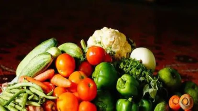 वजन घटाने के लिए फल ज्यादा खाएं या सब्जियां? जान लें सही जवाब