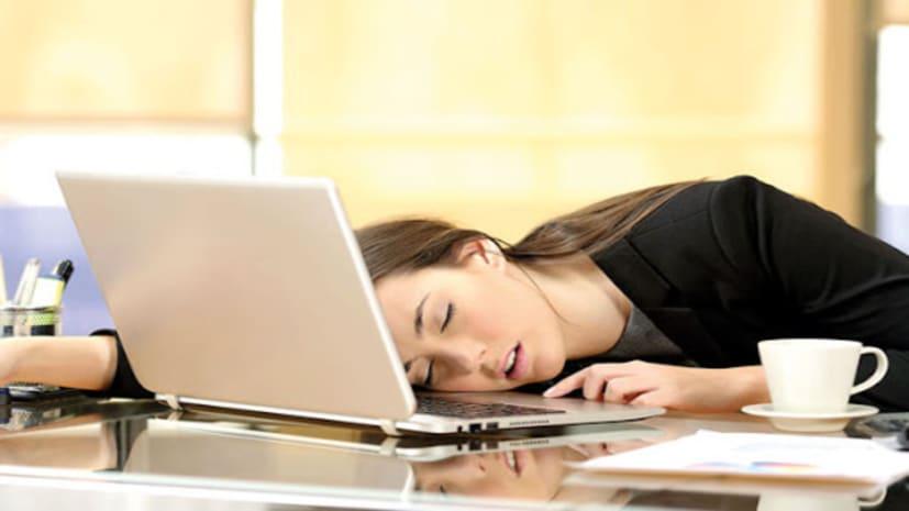 नहीं जानते होंगे आप, काम के बीच सोने के फायदों को