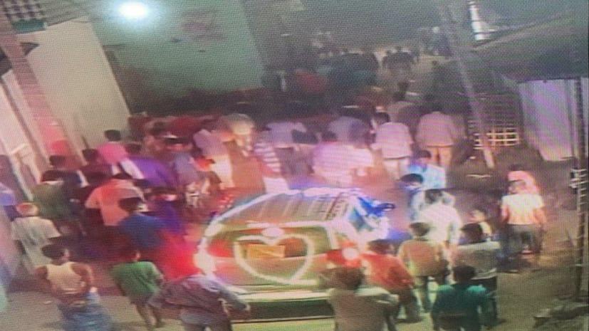 मोतिहारी में ठेंगे पर लॉकडाउन: पताही में बड़ी संख्या में लोग देर रात बारात में हुए शामिल